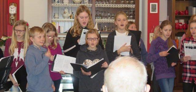 Gymnasiasten singen in den Seniorenheimen