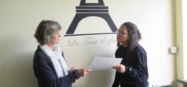 Alica Deniz erhält ihr DELF-Zertifikat