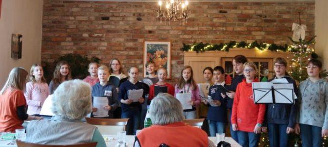 Der Chor des Gymnasiums verbreitete Weihnachtsstimmung
